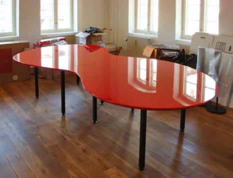 Amøbebord udført i Højglanslakeret MDF med stålstel, design Mette Granzow. Leveret til mødelokale i Havnegade
