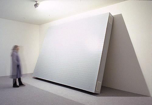 """Installation udført for Ann Lislegaard, Skråtstillet """"gulv"""" udført i sprøjtelakeret MDF, udført som gulvbrædder."""