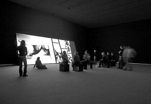 Installation på Statens Museum for Kunst, for Ann Lislegaard. Skråtstillede skærme udført i MDF på kraftig rammeunderdel, malet med specialmaling for optimal billedgengivelse.