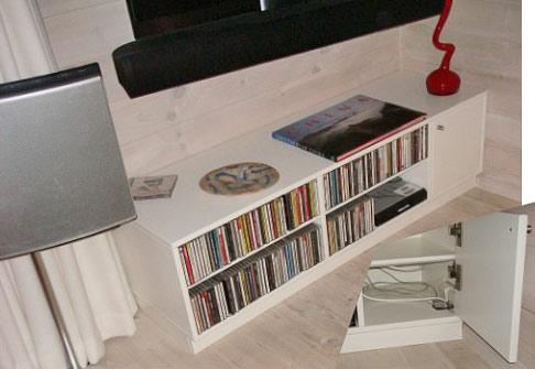 DVD reol med kontakter og ledninger skjult/indbygget, udført i sprøjtelakeret MDF.