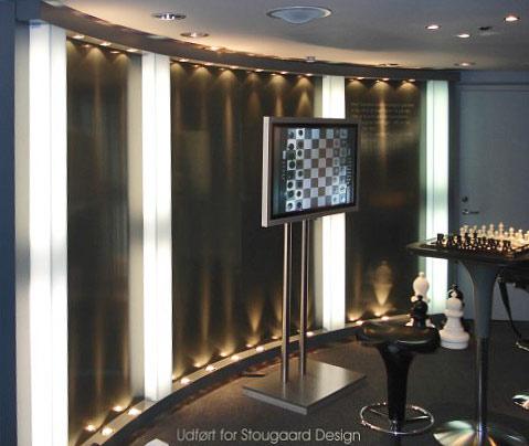 Buevæg med indbygget lys samt bordplade med nedlagt elektronisk skakspil i Siemens Kundecenter.