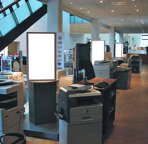Trekantede lyssøjler udført i alu og acryl, monteret på kundens egne skabe i showroom. Canon