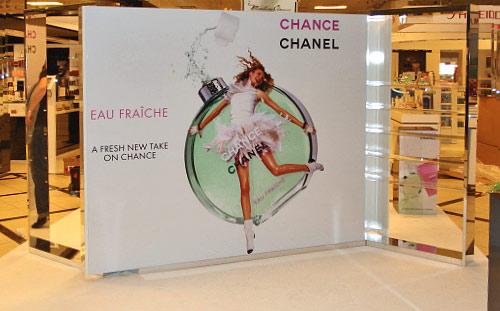 Shop i shop, Reol/vægparti udført i spejllaminat med acrylhylder.