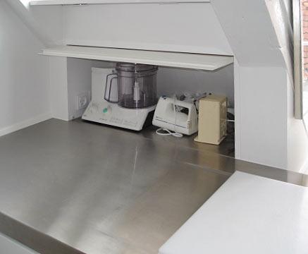 Skab til køkkenmaskiner indbygget i skråvæg