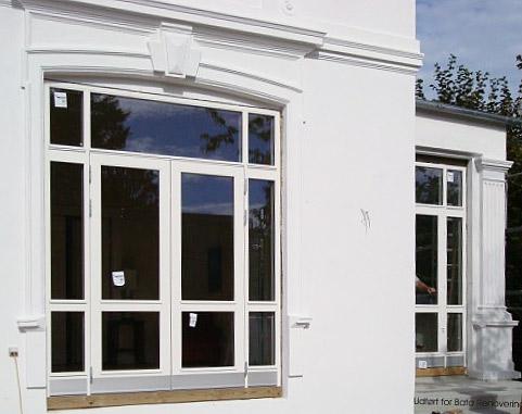Leveret og monteret nye terrassedørpartier, udført med alubundstykke og sparkeplader. dørpartierne tilpasset stilmæssigt til ejendommens vinduer.