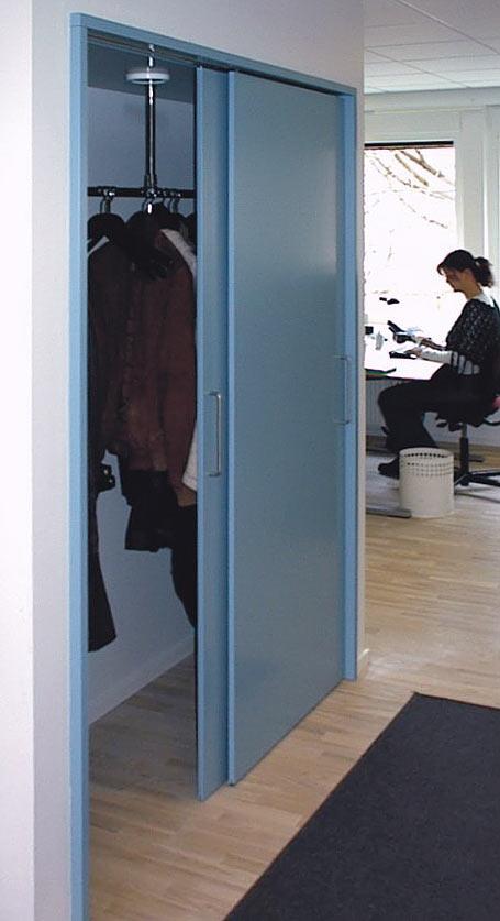 Indbyggede garderobepartier med sprøjtelakerede døre hos ingeniørfirma, Østerbro, for DEKO