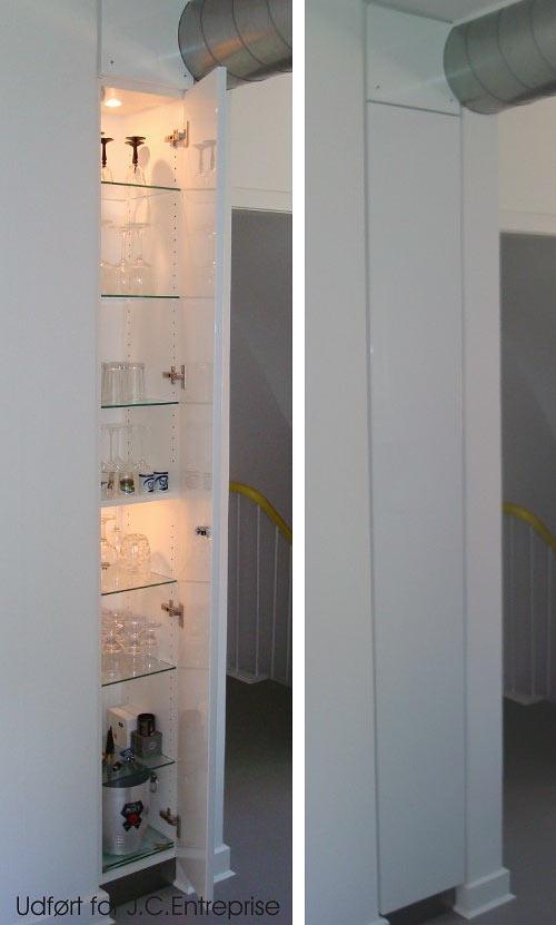 Indbygget skab i køkken, skabet er udført med panellåge i højglanslakeret MDF.
