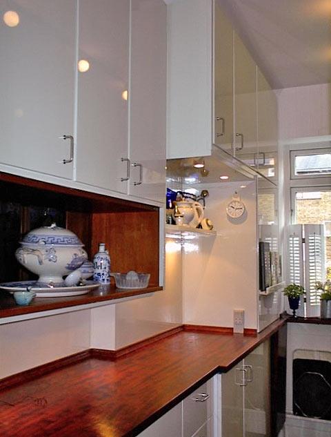 Renovering af køkken med genbrug af nogle af skabselementerne, montering af nye standardelementer, levering og montering af højglanslakerede låger, bordplader, belysning og mange andre lækre detaljer.
