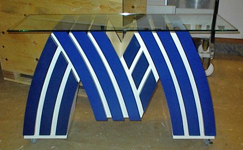Logo udført som bord til udstilling, bordplade i glas, leveret i transportkasse