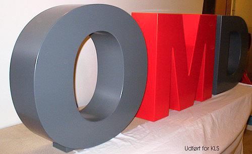 Bogstaver udført i MDF, 600 x 180 mm, sprøjtelakeret.