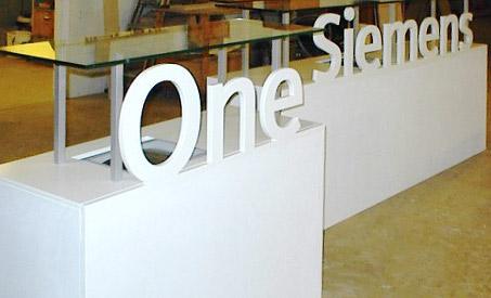 Scenepodier udført i MDF, med udfræsede bogstaver, nedlagt skærmterminal og topplader i glas. Podierne sprøjtelakerede.