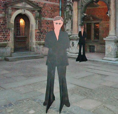 """""""Vagter"""" udfræset  i brandhæmmende MDF, vogter i slotsgården på Frederiksborg Slot til konfirmand-event."""