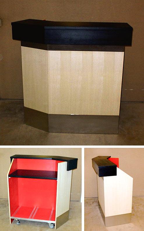 Udlejningsbar i ahorn og rustfri front, sort topplade og rød laminat indvendig.