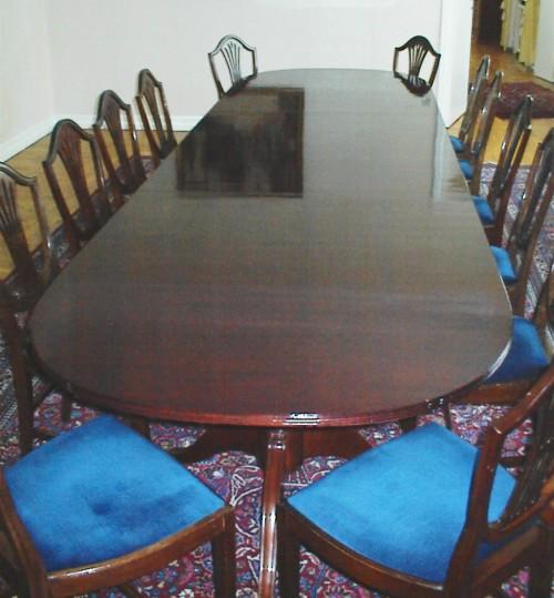 12 personers spisebord istandsat med reparation af skader og oplakering. Den Belgiske Ambassade