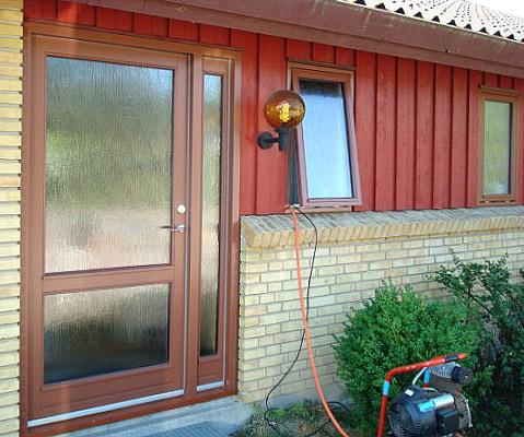 Udskiftet hoveddør, bryggersdør og kælderdør samt 6 vinduespartier, i hvert rum er mindst eet vindue forsynet med spalteventil.