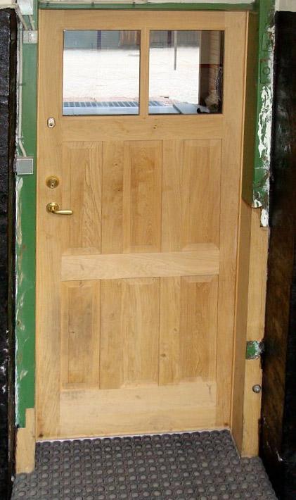 Dør med fyldninger og termoglas, døren og karmreparationen udført på vort værksted af kundens eget egetræ.
