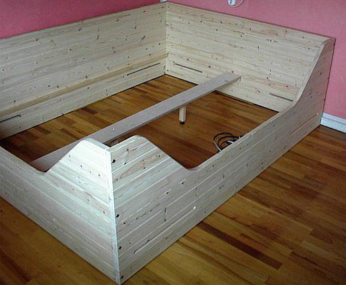 Kaneseng i fyrretræ, udført på specialmål til værelset, bemærk udluftningsrillerne til luft under madrassen