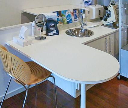 Arbejdsbord udført med bordplade i plastiklaminat, nedbygget vask, underskab i melamin og laminat.