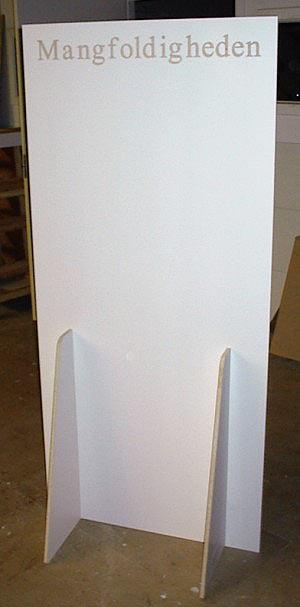 Skærmvæg i melaminplade med indfræset tekst, udført til bl.a. at påsætte opslag og plakater.
