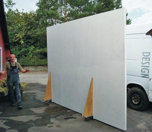 Stor skærm til dobbelsidet billedvisning, 340 x 255 cm, på vej til Statens Museum for Kunst, malet med specialmaling for optimal billedgengivelse.